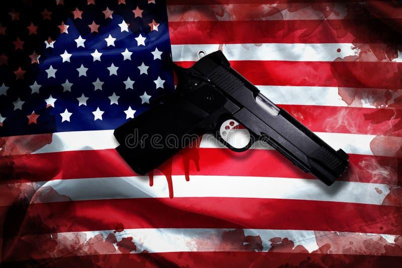 Revólver com mancha de sangue na bandeira americana controlo de armas da reforma fotografia de stock royalty free