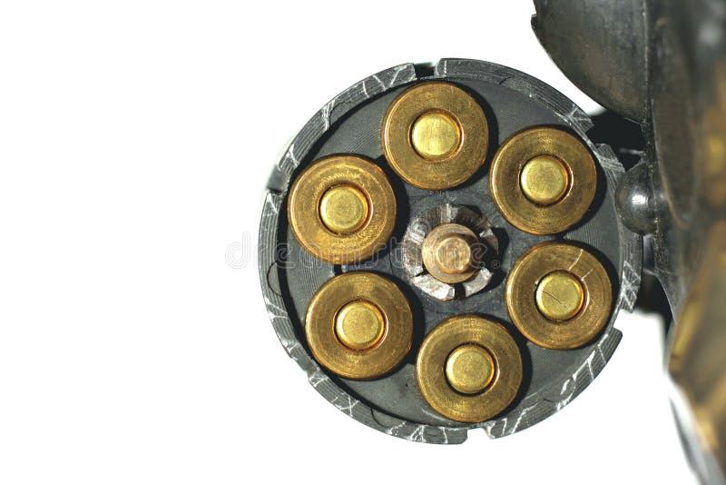 Revólver do cilindro com os cartuchos isolados no fundo branco fotos de stock