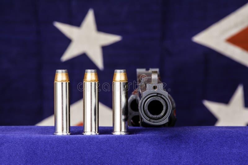 Revólver e balas fotos de stock