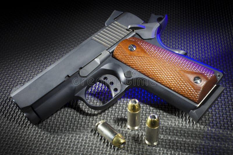 Revólver e munição destacados azuis fotos de stock