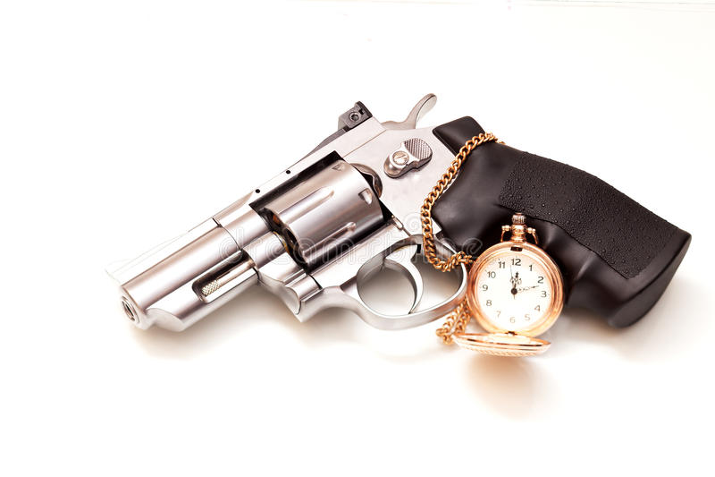 Revólver e um relógio de bolso imagens de stock royalty free