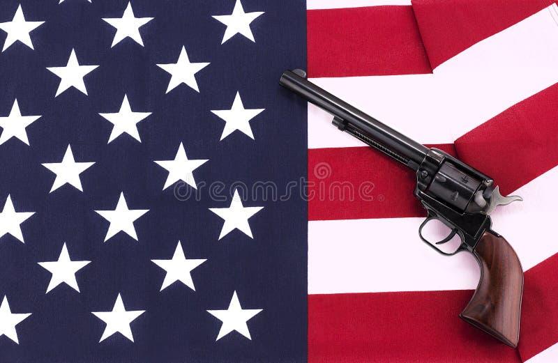 Revólver em uma bandeira americana imagem de stock royalty free