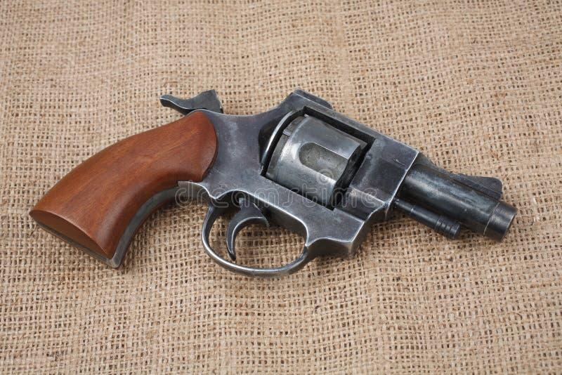Revólver na lona fotografia de stock