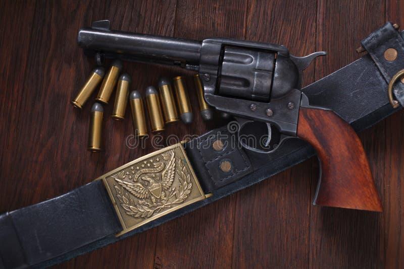 Revólver ocidental velho com cartuchos fotografia de stock royalty free