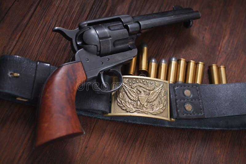 Revólver ocidental velho com cartuchos foto de stock