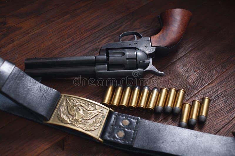 Revólver ocidental velho com cartuchos imagens de stock