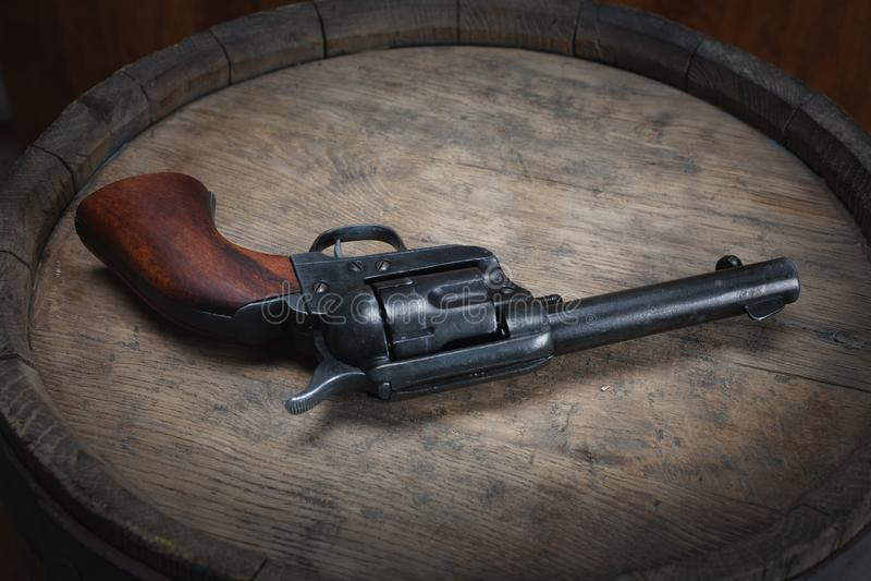 Revólver ocidental velho com cartuchos fotografia de stock