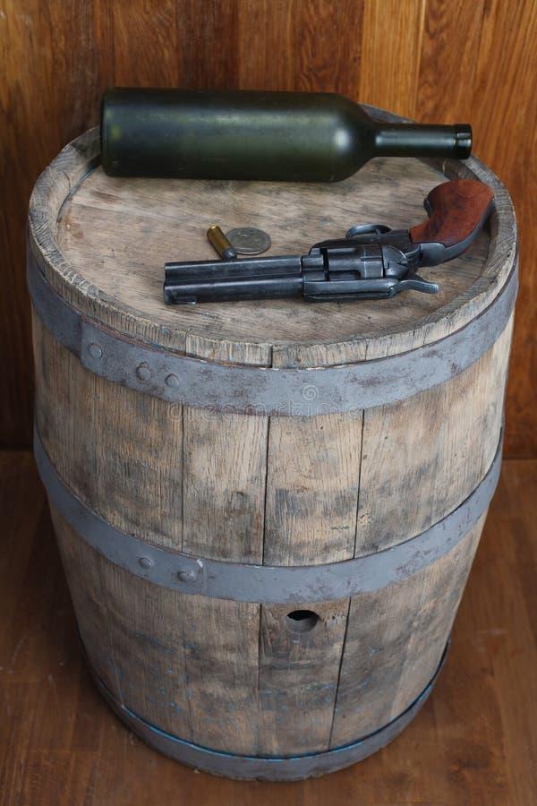 Revólver ocidental velho com cartuchos e dólar de prata foto de stock