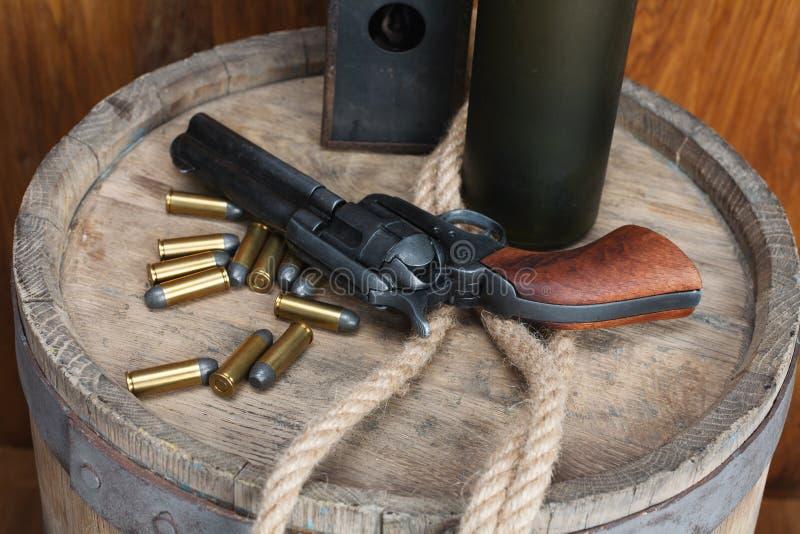 Revólver ocidental velho com cartuchos e dólar de prata imagem de stock