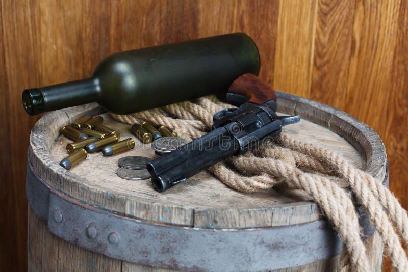 Revólver ocidental velho com cartuchos e dólar de prata fotos de stock