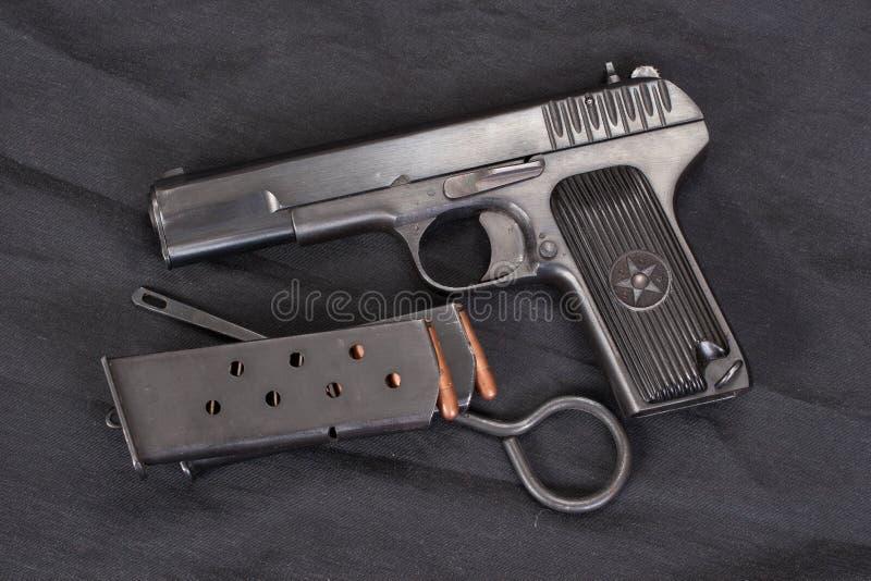 Revólver soviético no preto fotos de stock