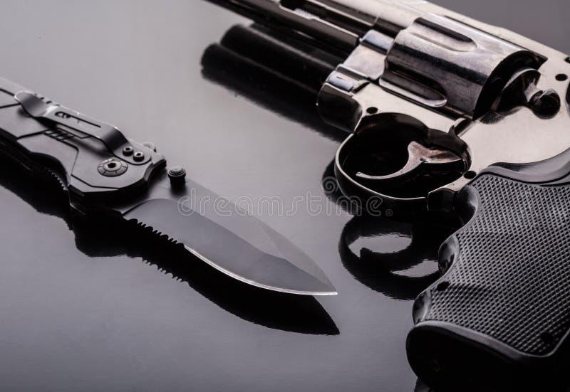Revólver y cuchillo táctico fotos de archivo