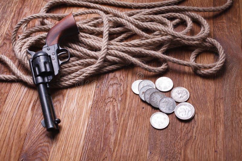 Revólver y munición del oeste salvajes imagen de archivo libre de regalías