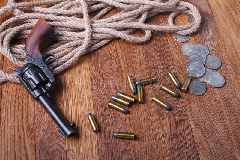 Revólver y munición del oeste salvajes fotos de archivo libres de regalías