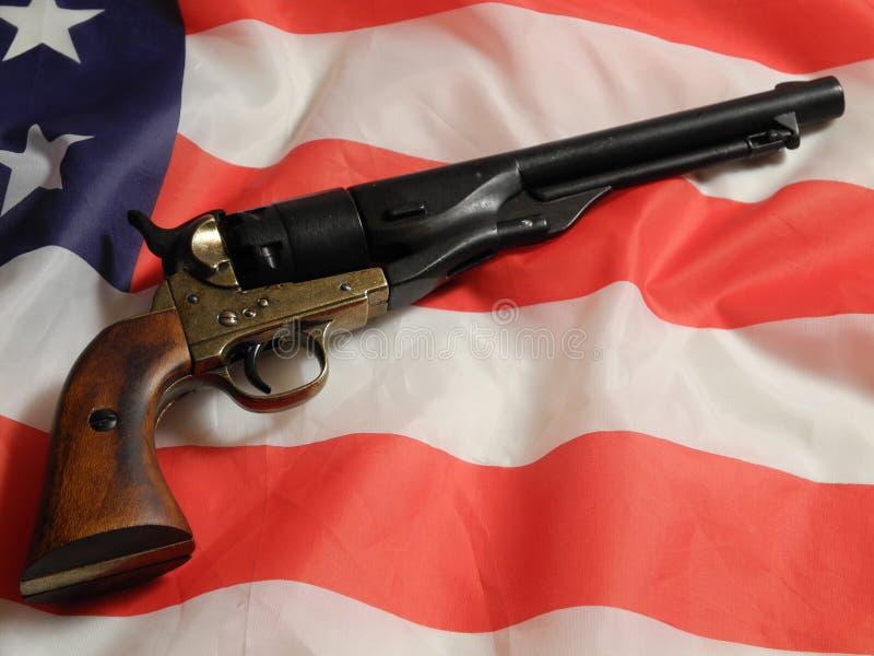Rev?lver na bandeira americana fotografia de stock royalty free