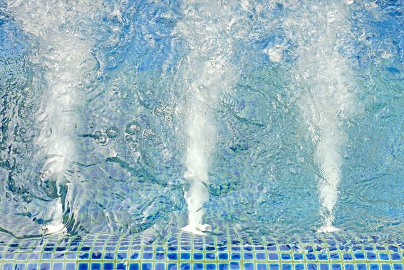 Rev sönder blått bevattnar i bubbelpoolpöl royaltyfri foto