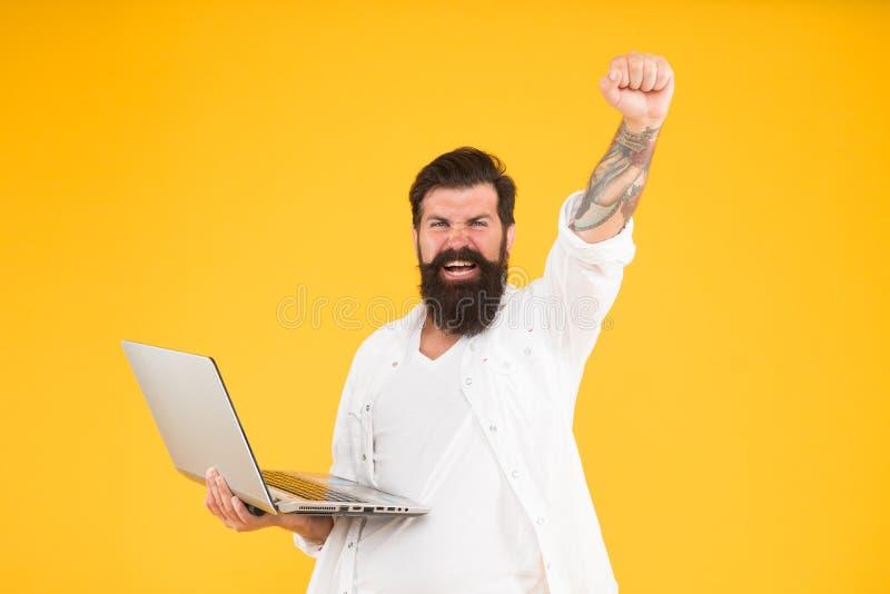 Revelador acertado Hombre barbudo con el cuaderno Compras en l?nea Programador con el ordenador port?til Internet que practica su fotos de archivo libres de regalías