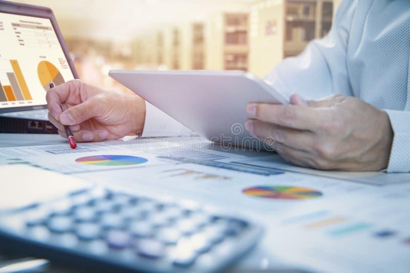 Revendo um relatório financeiro no retorno na análise de investimento fotos de stock