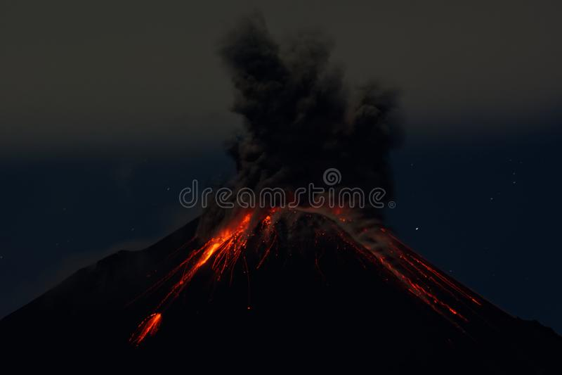 Reventador火山夜爆发-厄瓜多尔 库存图片