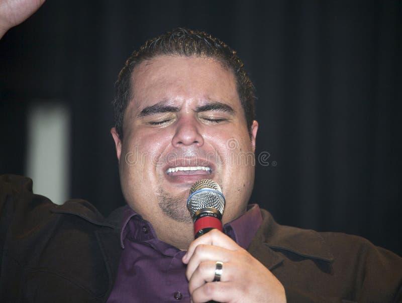 Reverendo Edgar J Cruz que se realiza durante un concierto cristiano i foto de archivo