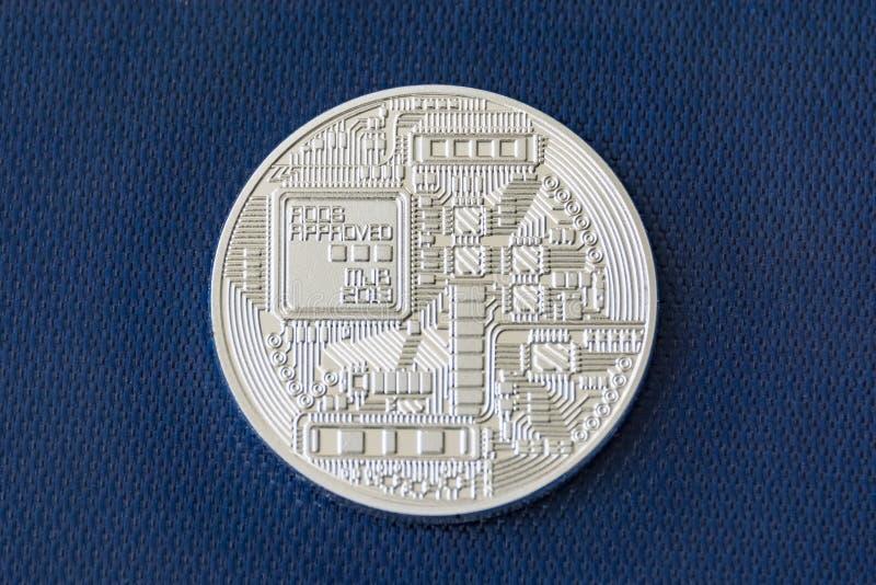 Revers strona bitcoin metalu moneta na błękitnym włókna tle fotografia royalty free