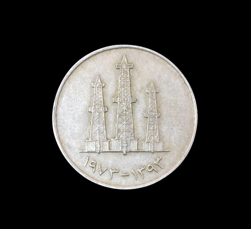 Reverso da moeda do vintage feito por Emiratos Árabes Unidos que mostra torres de óleo imagem de stock royalty free