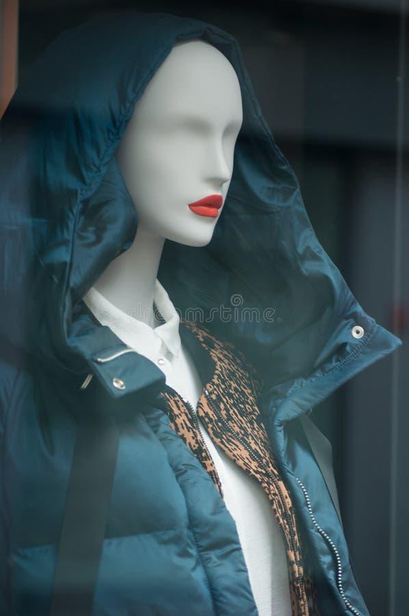 revestimento azul do inverno no manequim no showro da loja da forma foto de stock royalty free