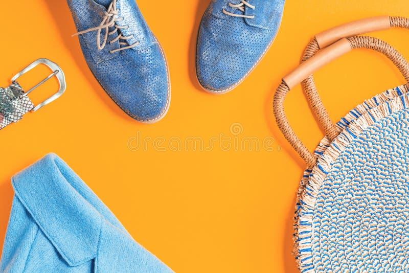 Revestimento azul do outono e sapatas metálicas com saco redondo fotos de stock
