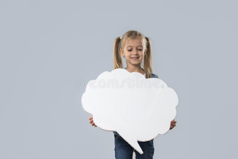 Revestimento branco de sorriso feliz das calças de brim do desgaste do espaço da cópia da nuvem da menina bonita isolado fotografia de stock royalty free