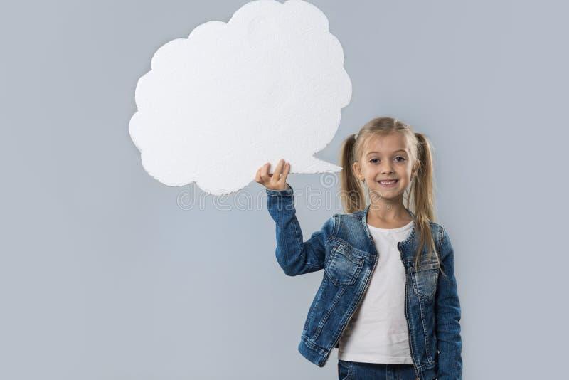 Revestimento branco de sorriso feliz das calças de brim do desgaste do espaço da cópia da nuvem da menina bonita isolado imagem de stock royalty free