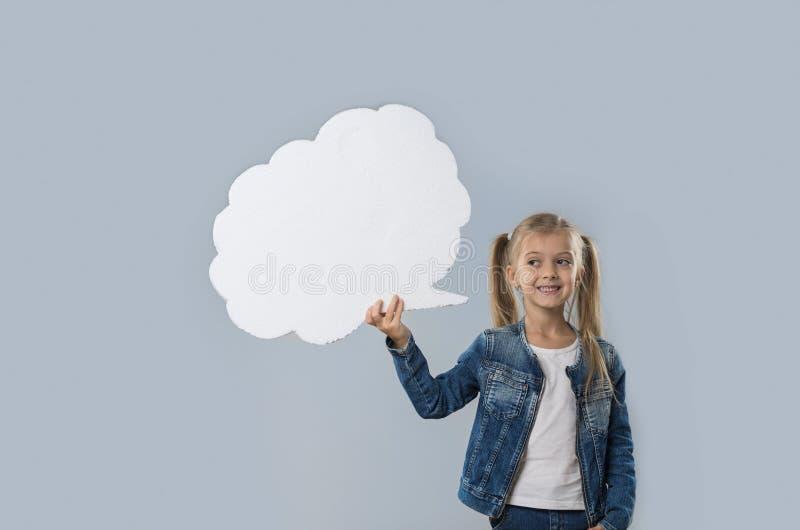 Revestimento branco de sorriso feliz das calças de brim do desgaste do espaço da cópia da nuvem da menina bonita isolado imagens de stock royalty free