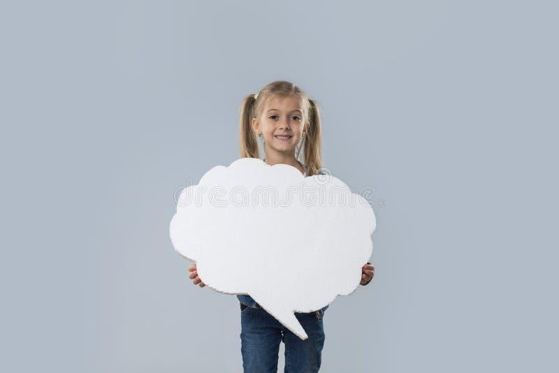 Revestimento branco de sorriso feliz das calças de brim do desgaste do espaço da cópia da nuvem da menina bonita isolado imagens de stock