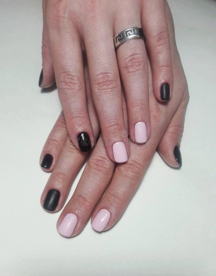 Revestimento cor-de-rosa preto do prego do tratamento de mãos, o lustroso e o matt tratamento de mãos combinado fotografia de stock