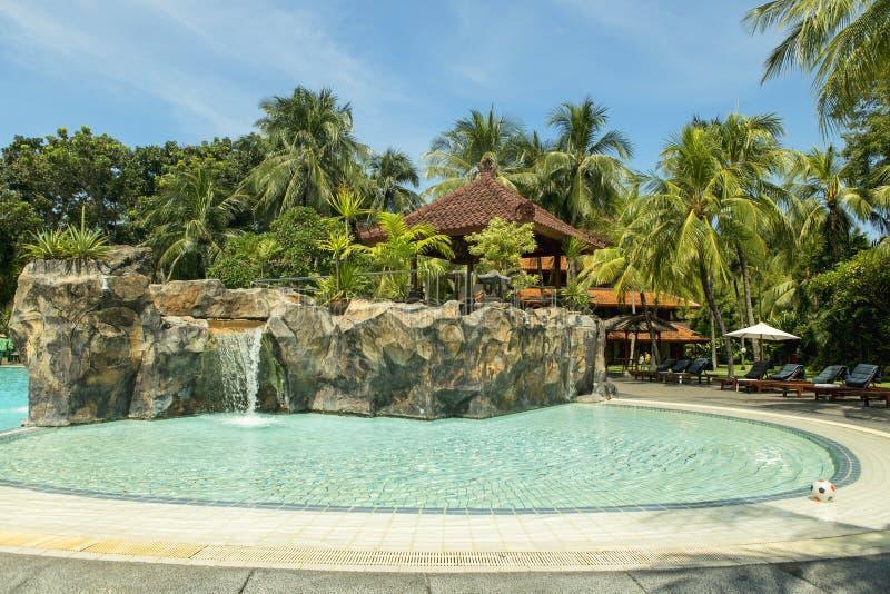 Revestimento da palma da praia de Kuta, recurso luxuoso com piscina Bali, Indonésia imagem de stock