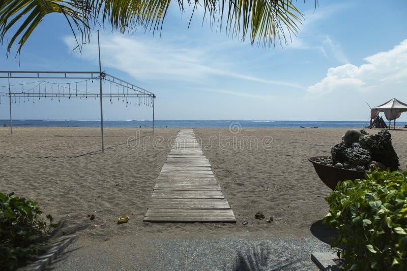 Revestimento da palma da praia de Kuta, recurso luxuoso com piscina e sunbeds Bali, Indonésia imagens de stock royalty free