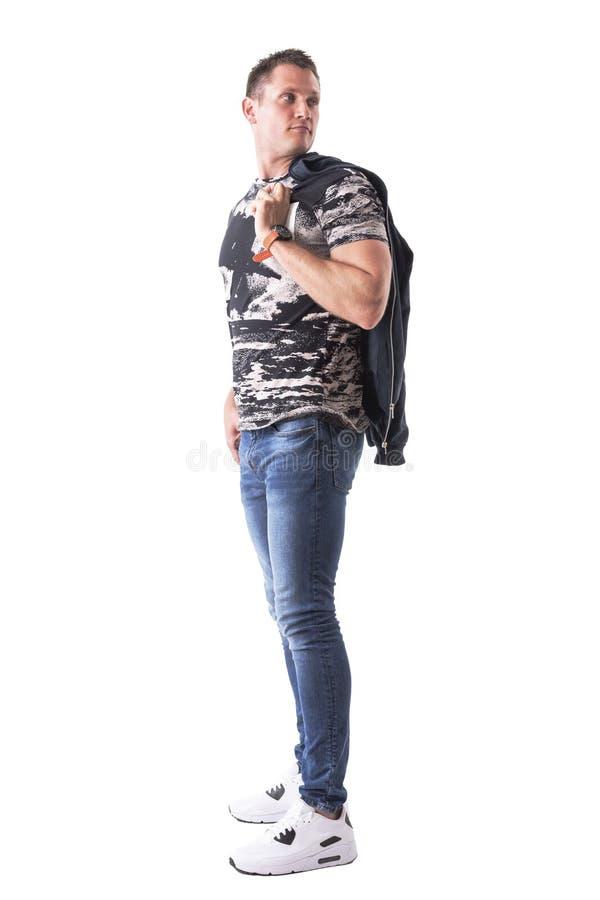 Revestimento de bombardeiro levando do indivíduo na moda considerável seguro sobre o ombro que olha atrás foto de stock royalty free