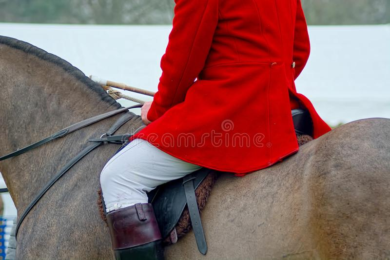 Revestimento de caça vermelho, culatras brancas & botas de equitação fotos de stock