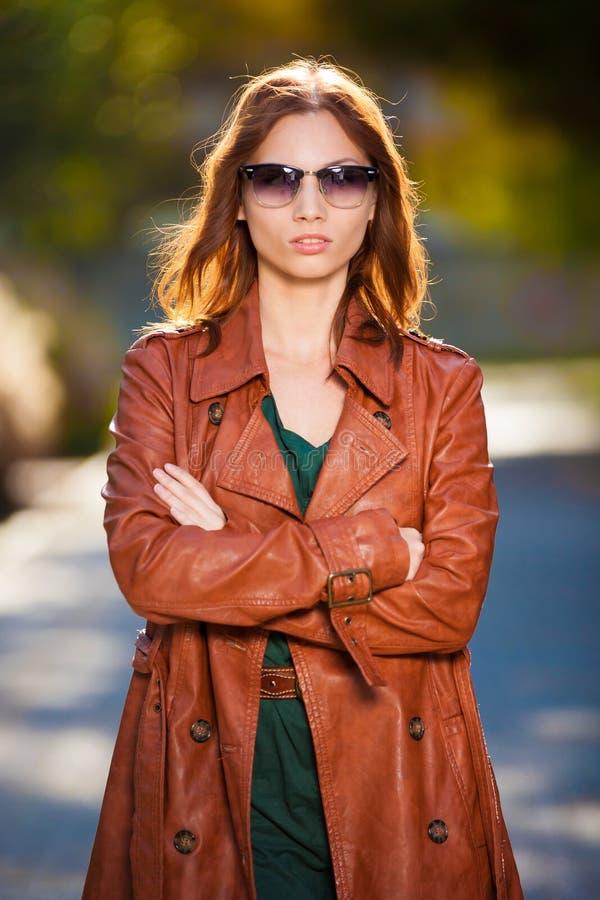 Revestimento de couro marrom da mulher foto de stock royalty free