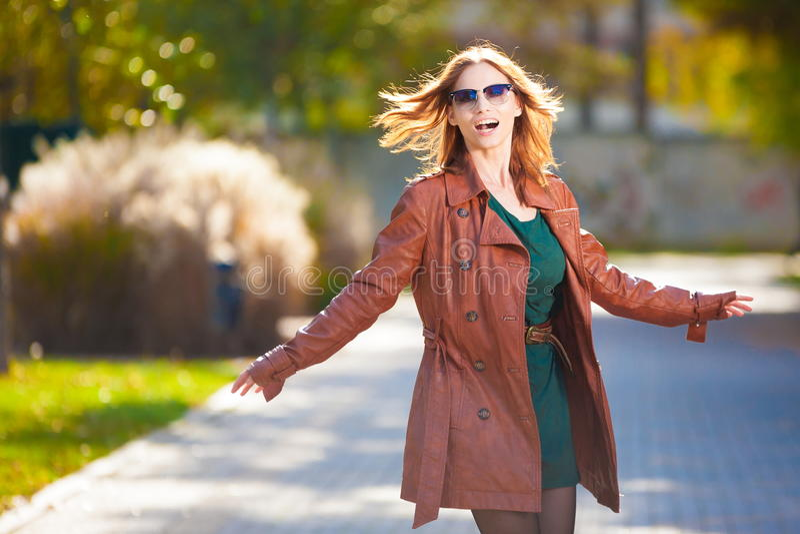 Revestimento de couro marrom da mulher imagem de stock