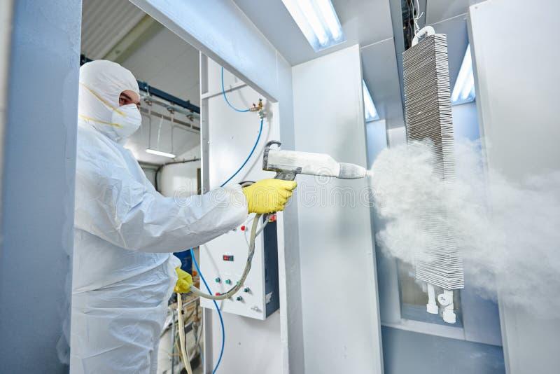 Revestimento de metal industrial Homem no terno protetor, vestindo um gás imagens de stock