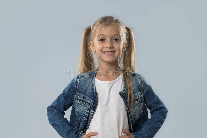 Revestimento de sorriso feliz das calças de brim do desgaste da menina bonita isolado foto de stock royalty free