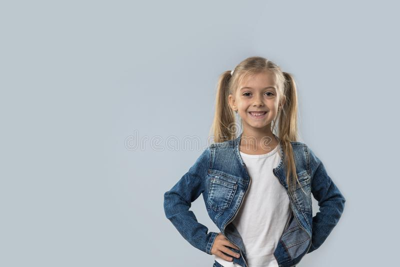 Revestimento de sorriso feliz das calças de brim do desgaste da menina bonita isolado fotos de stock royalty free