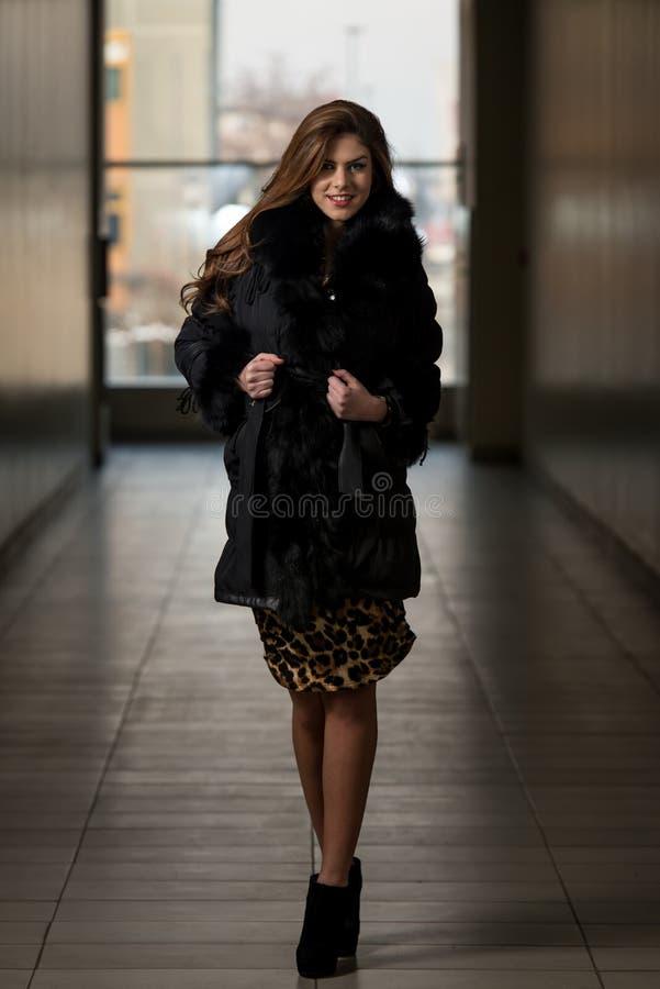 Revestimento de Wearing Black Winter do modelo de forma do encanto imagem de stock royalty free