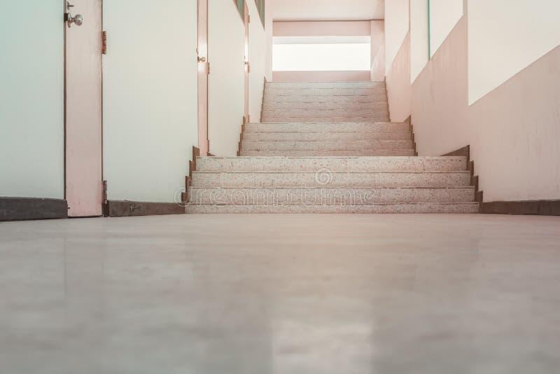 Revestimento do terraço da passagem das escadas na construção interior imagens de stock royalty free