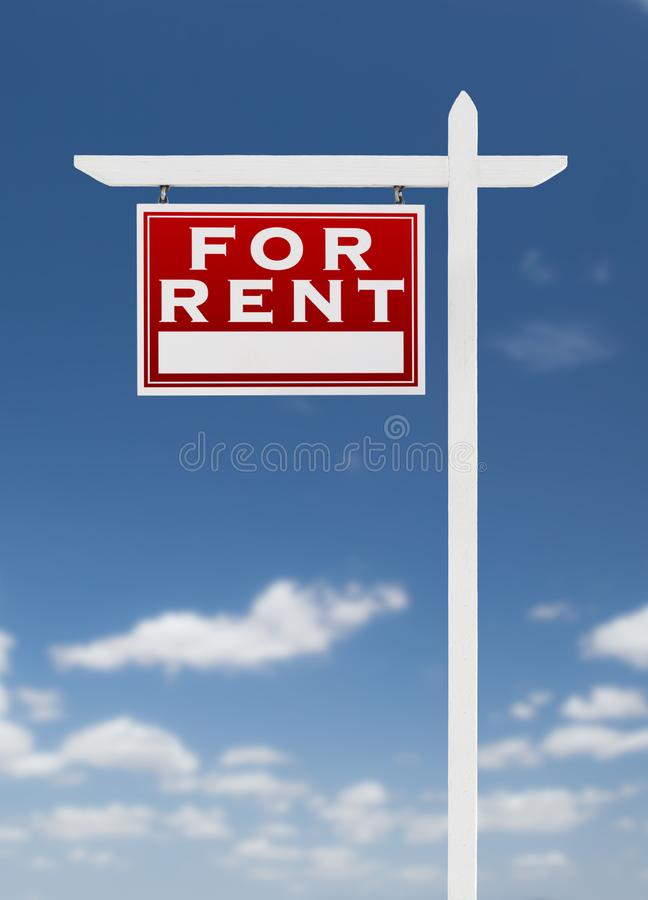 Revestimento esquerdo para o sinal de Real Estate do aluguel em um céu azul com nuvens imagens de stock royalty free