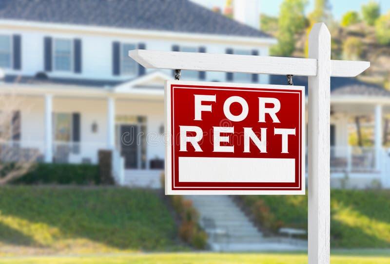 Revestimento esquerdo para o sinal de Real Estate do aluguel na frente da casa imagens de stock