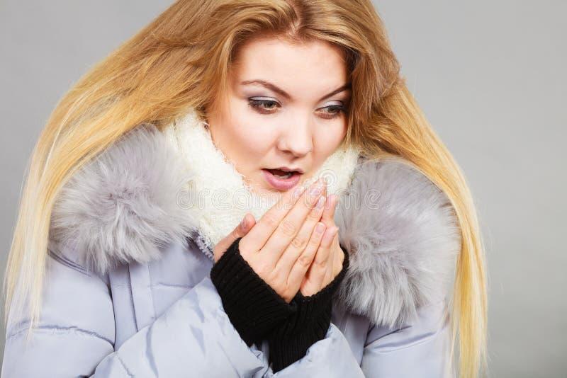 Revestimento peludo morno vestindo do inverno da mulher imagens de stock royalty free