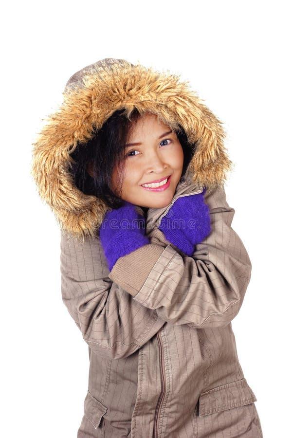 Revestimento vestindo do inverno da mulher asiática foto de stock