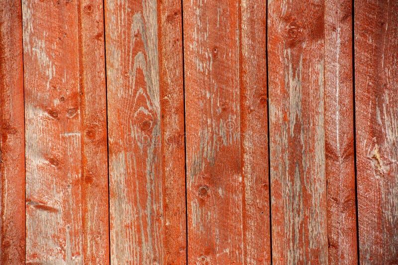 Revestimiento de madera de madera vertical rojo en luz del sol foto de archivo libre de regalías