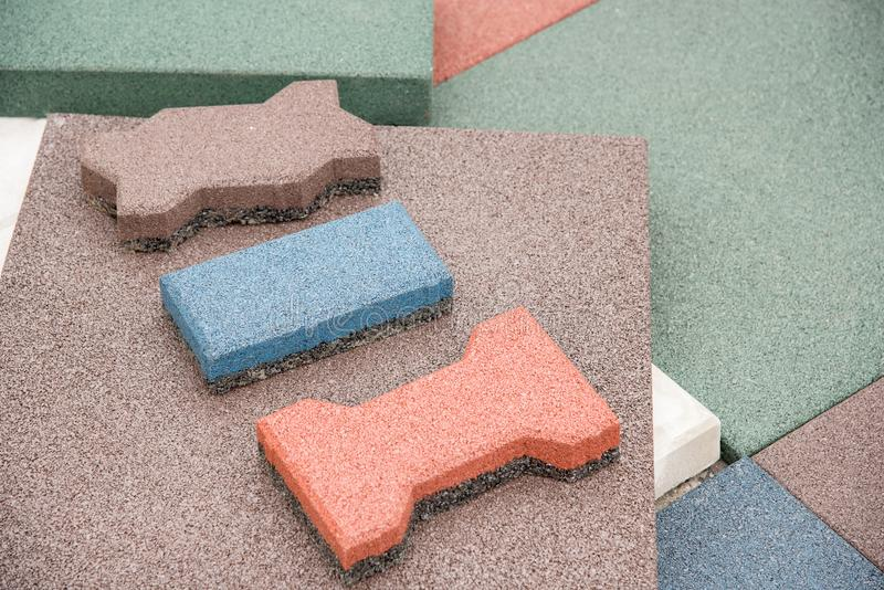 Revestimiento de suelos moderno bajo la forma de tejas de goma del rojo, verdes foto de archivo libre de regalías